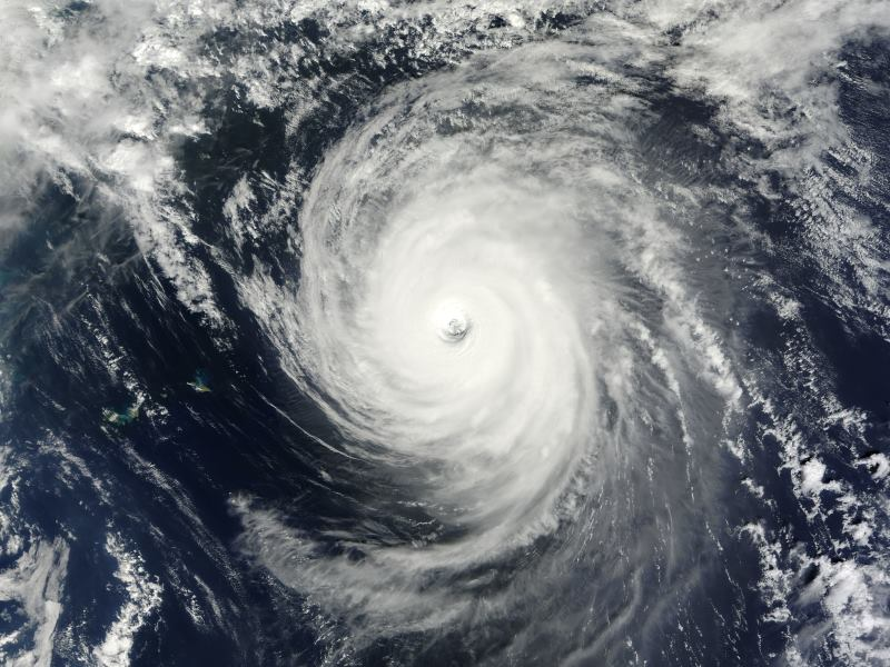 台風24号 非常に強い勢力で沖縄を通過