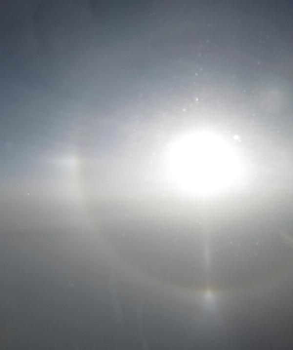 飛行機から見えた太陽柱と外接ハロ