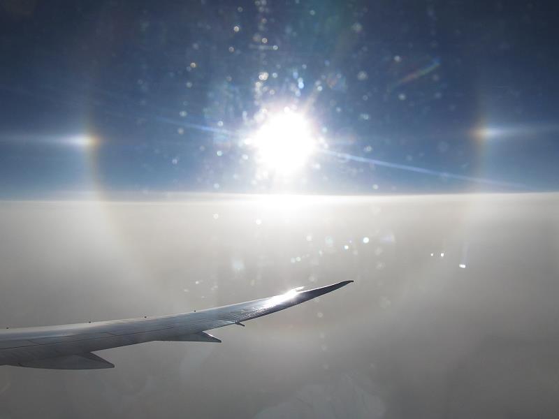 飛行機から見えた幻日と日暈