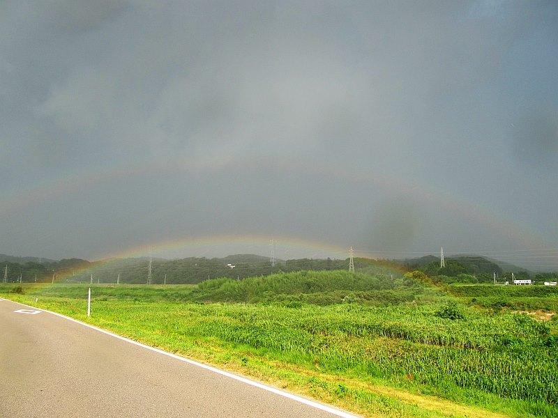川にかかる虹と副虹