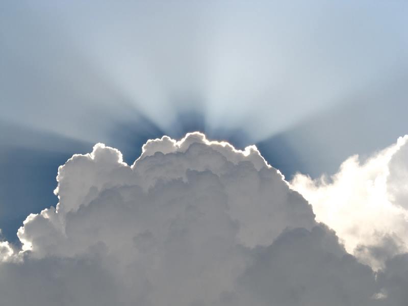 雄大積雲と光芒