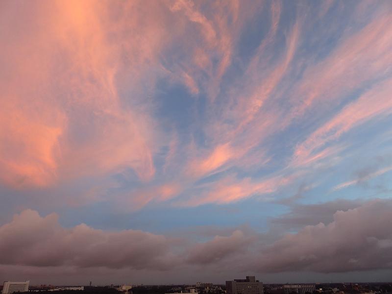 台風の外側の雲の夕焼け