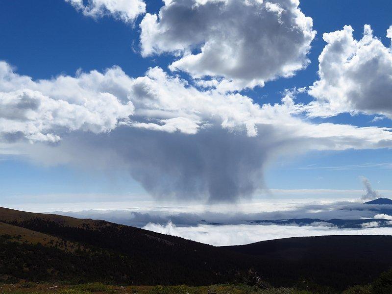 雲海に降る雪や雨