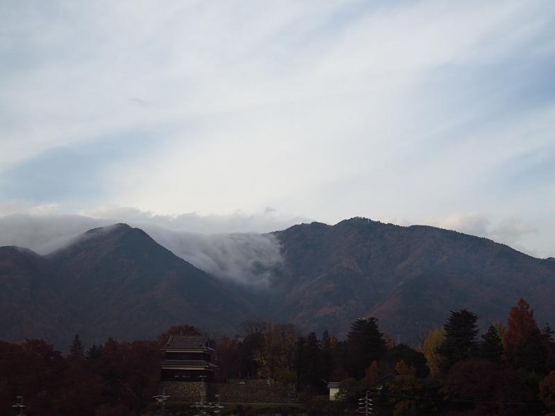 山を越えて消える雲