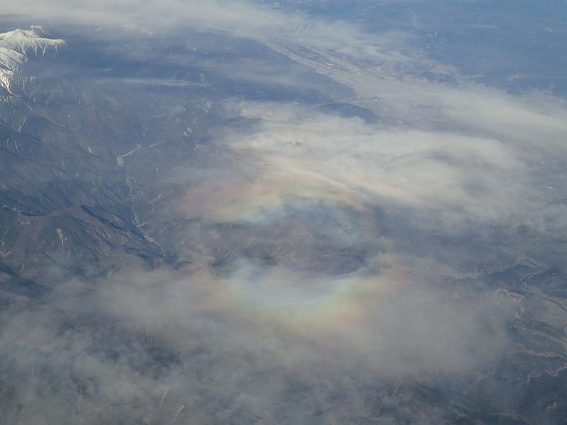 ブロッケン現象によって雲が虹色に