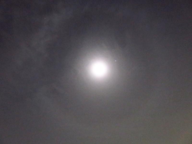 よく見ると月暈