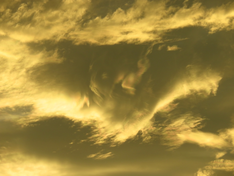 夕焼けと彩雲