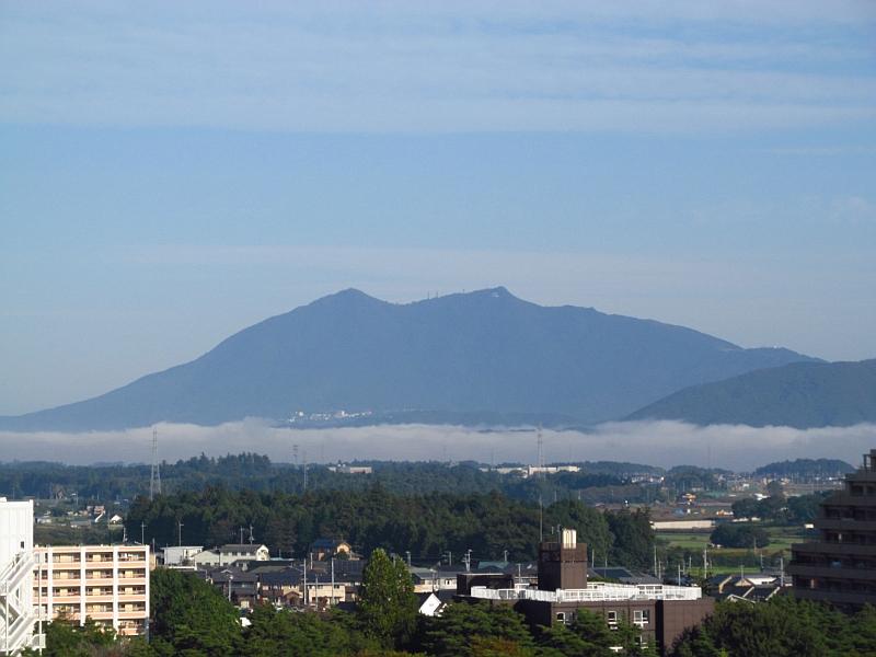 筑波山のふもとに層雲(霧)