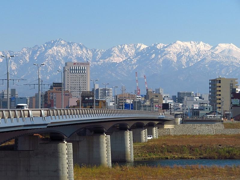 神通川から望む立山連峰