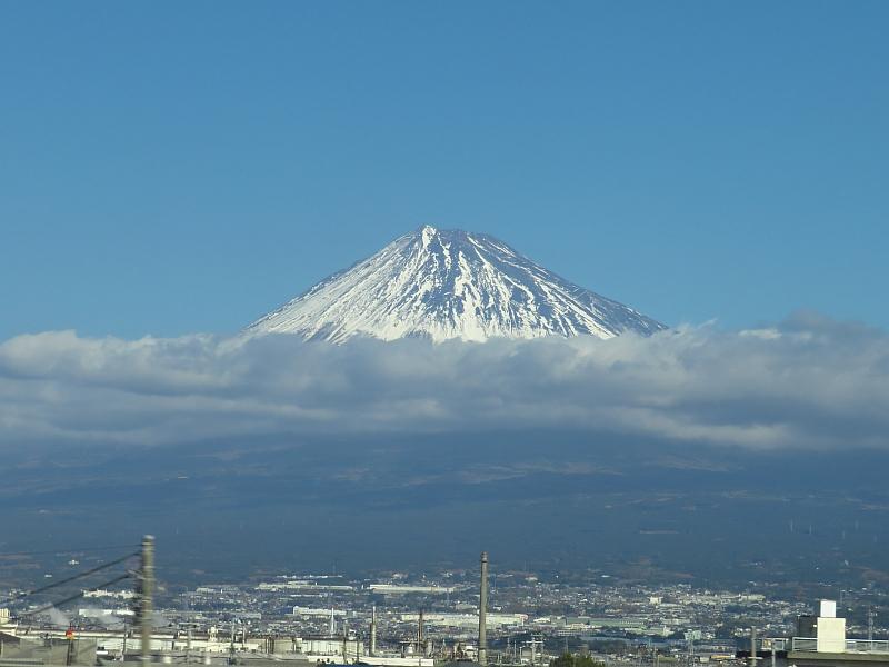 雲から顔を出す富士山