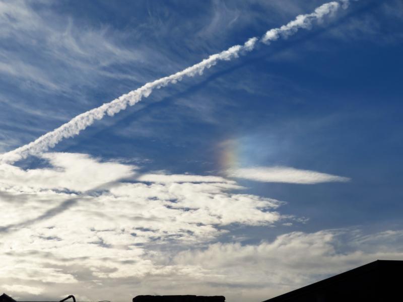 飛行機雲の影と幻日