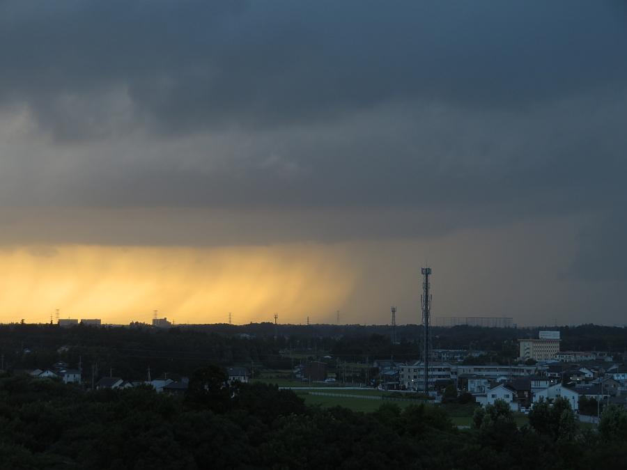 黄金色の空を背景に雨のカーテン