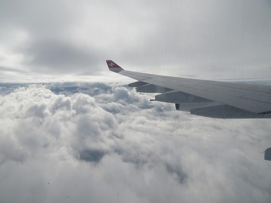 雲と雲の間を進む飛行機
