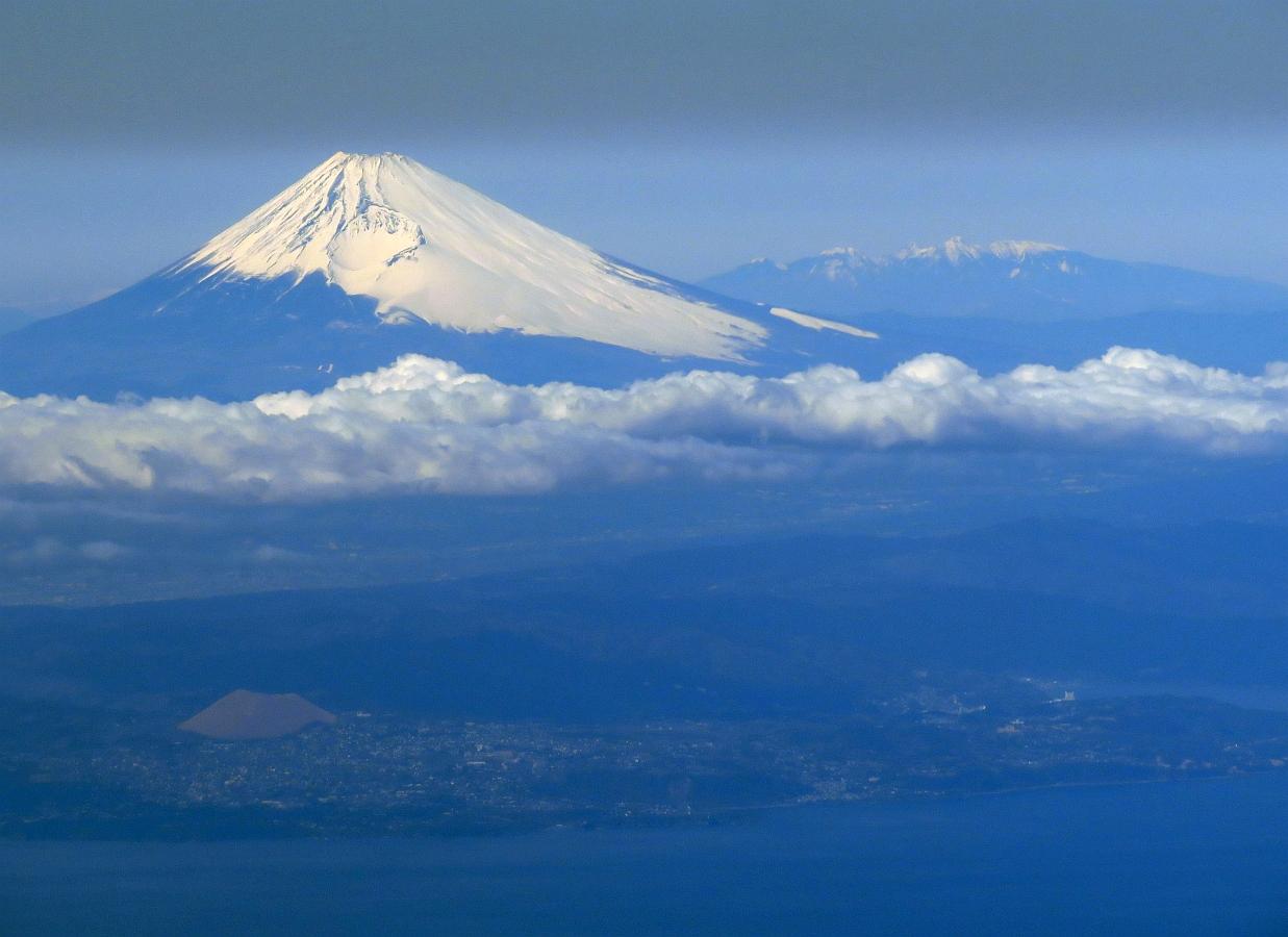 富士山と八ヶ岳と下層の雲