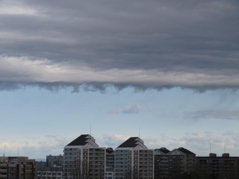 層積雲から下に飛び出した雲。あまり見かけない雲。