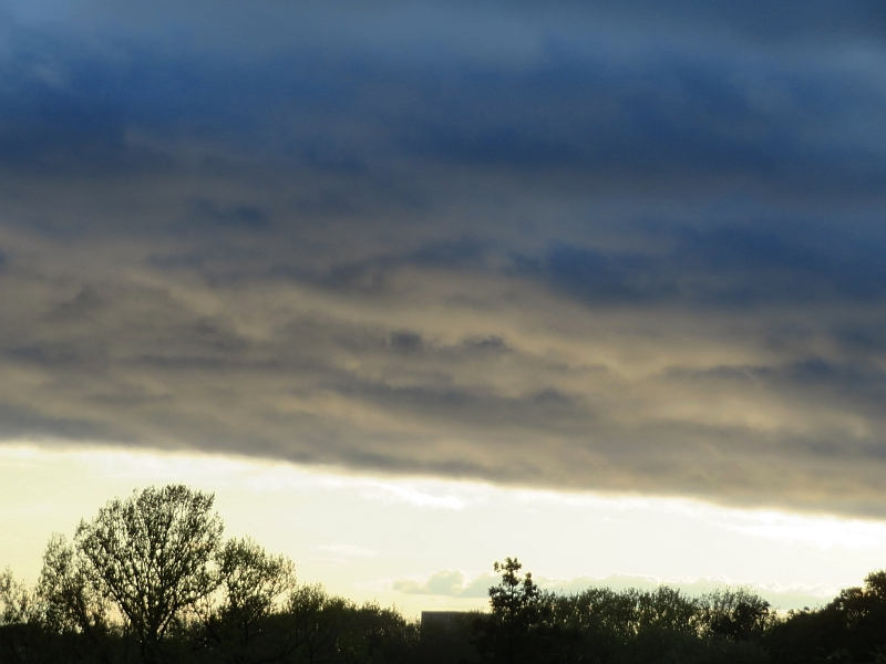夕日に照らされて、雲に乱れが可視化
